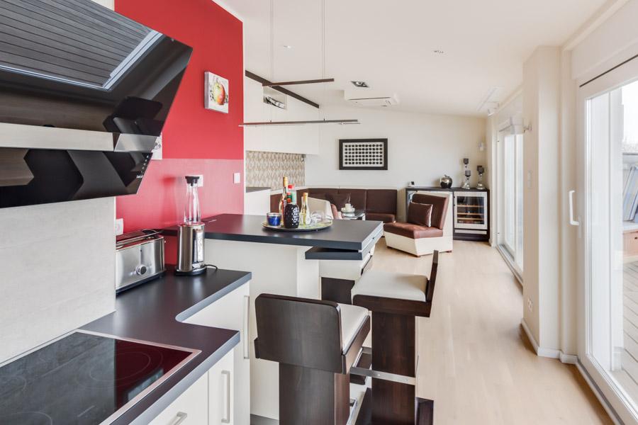 Küche mit Sicht auf Wohnraum – Ostsee-Ferienwohnungen